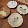 (左上)カエル絵皿「夏」、(右上)カエル象嵌皿「frog(白)」、(右下)「雨」、(左下)「frog(赤)」・陶土、陶芸顔料・2014